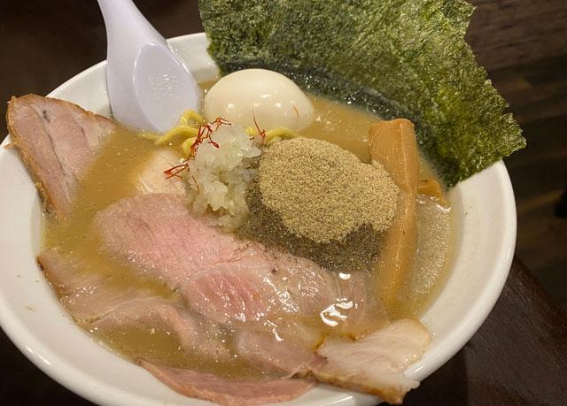 富山市桜木町のラーメン屋「ラーメン幵(けん)」の煮干しラーメンDX煮干し増レベル3