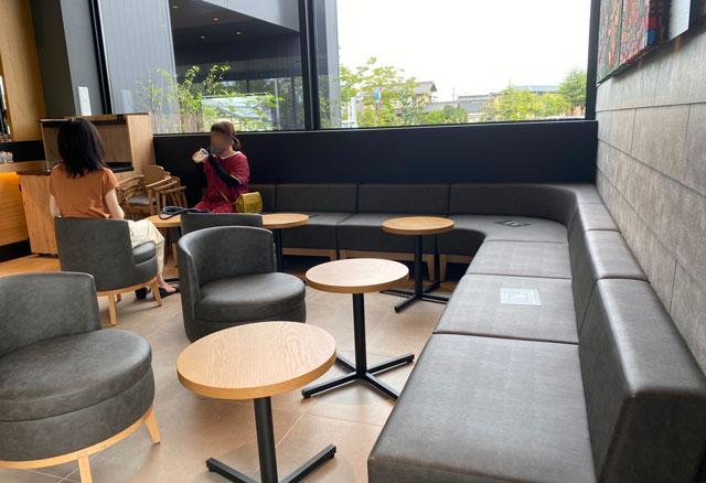 スターバックスコーヒー射水歌の森運動公園店の長いソファー席
