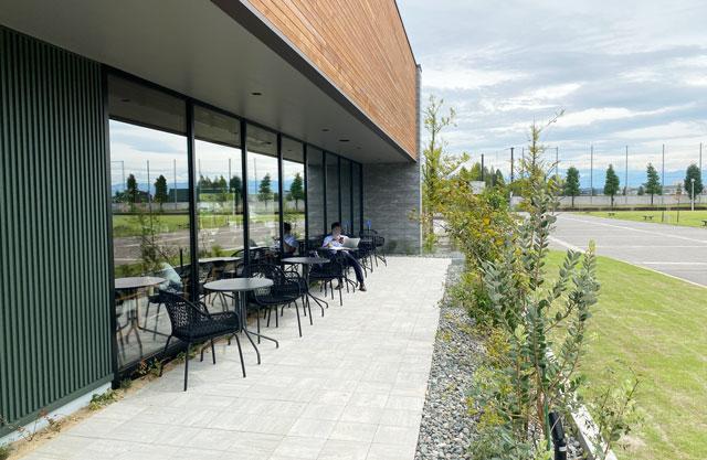 スターバックスコーヒー射水歌の森運動公園店の外のテラス席