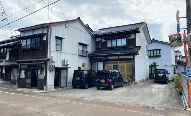 富山市岩瀬の裏名物「飛びだんご」の店舗外観と駐車場