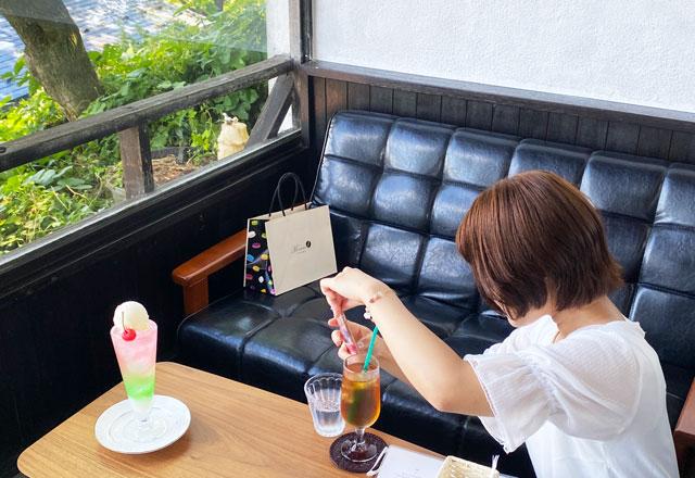 インスタの写真を撮る富山のグルメ系YouTuberとやまる子