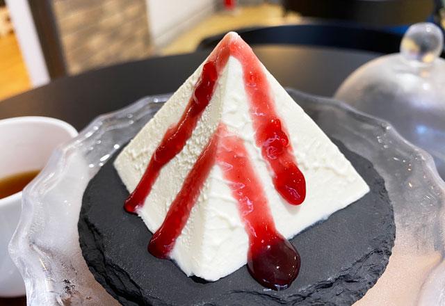 富山県黒部市宇奈月温泉街で人気の「アルペンチーズケーキ」の幻のアルペンチーズケーキセット(ラズベリーソースがけ)