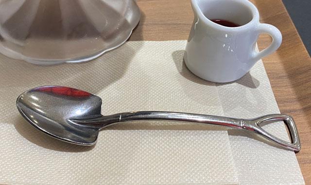 富山県黒部市宇奈月温泉街で人気の「アルペンチーズケーキ」のスコップスプーン