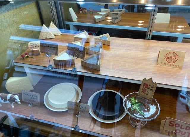 富山県黒部市宇奈月温泉街で人気の「アルペンチーズケーキ」のショーウインドウの中