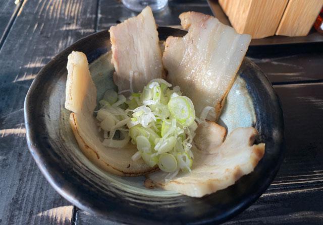 富山市五福のラーメン屋「麺処 福助」の肉味噌野菜ラーメンのバラチャーシュー
