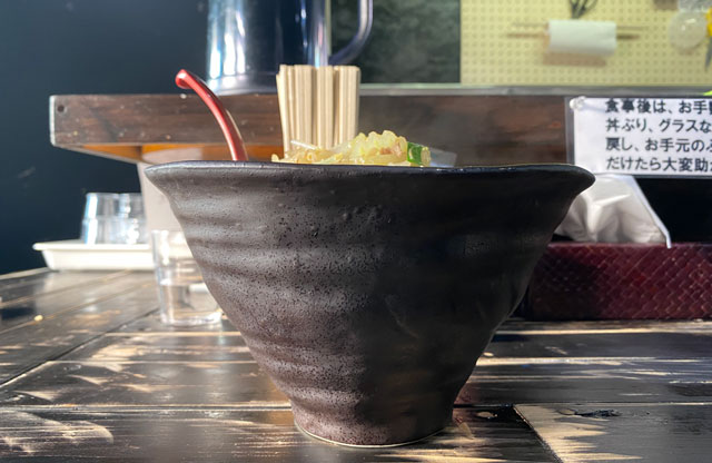 富山市五福のラーメン屋「麺処 福助」の味噌野菜ラーメンの器