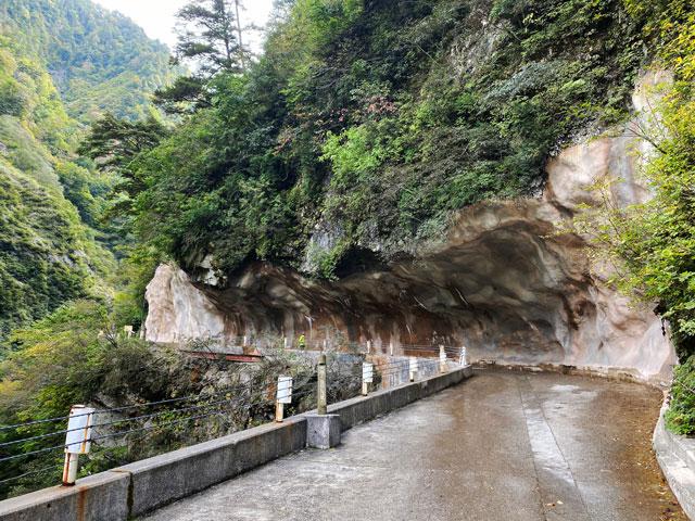 黒部峡谷鉄道 欅平駅の観光スポット人喰岩(ひとくいいわ)