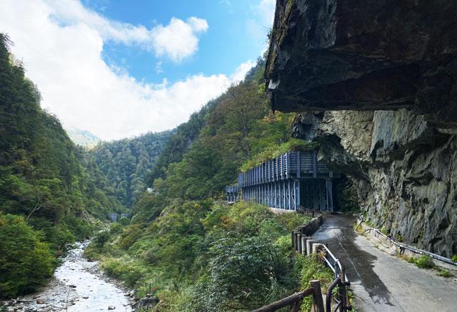黒部峡谷鉄道 欅平駅から祖母谷温泉の途中にあるリアル人喰岩