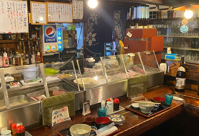 富山県氷見市の人気店「居酒屋 まる甚」のカウンター席