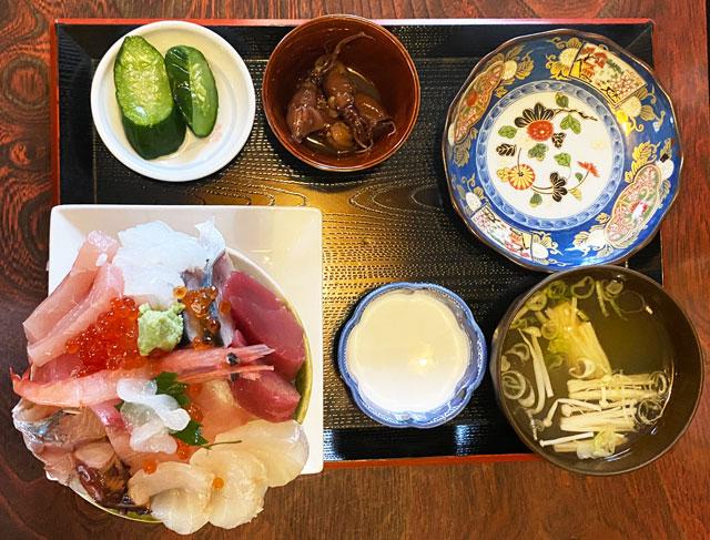 富山県氷見市の人気店「居酒屋 まる甚」の海鮮丼セット