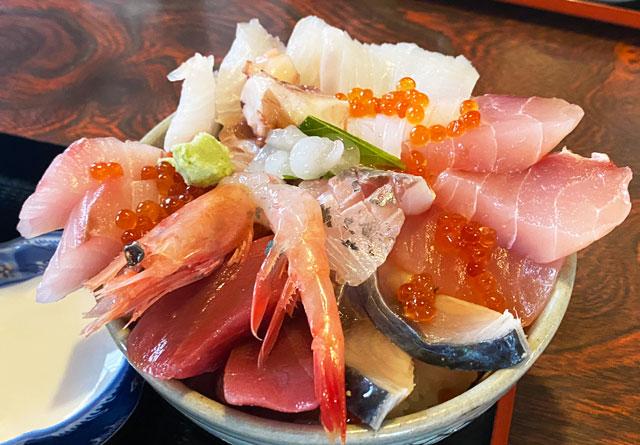 富山県氷見市の人気店「居酒屋 まる甚」の海鮮丼普通盛り