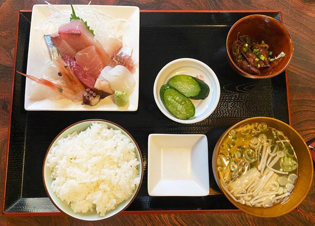 富山県氷見市の人気店「居酒屋 まる甚」の刺身定食セット