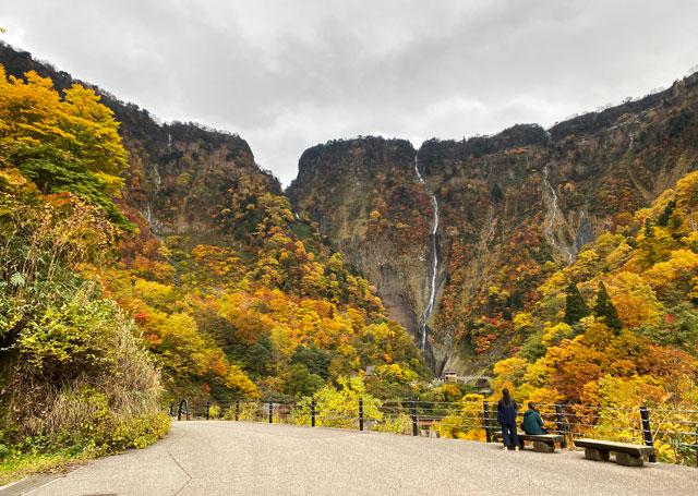 富山県立山町の観光スポット称名滝を離れて見た景色