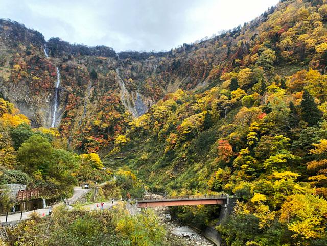富山県立山町の観光スポット称名滝のハンノキ滝と橋