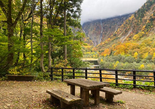 富山県立山町の観光スポット称名滝の称名平園地(展望広場休憩所)
