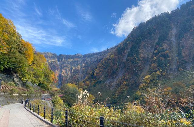 富山県立山町の観光スポット称名滝の遊歩道、称名滝探勝路