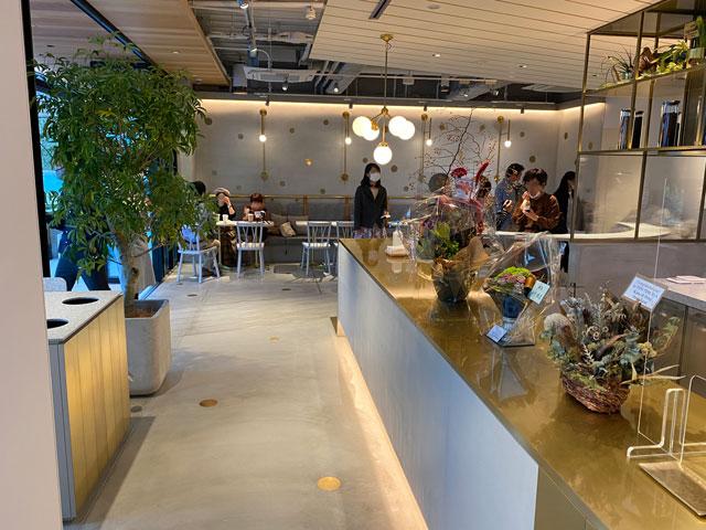 富山市環水公園のそば「環水テラス」のティースタンド「点点茶」の店内の様子