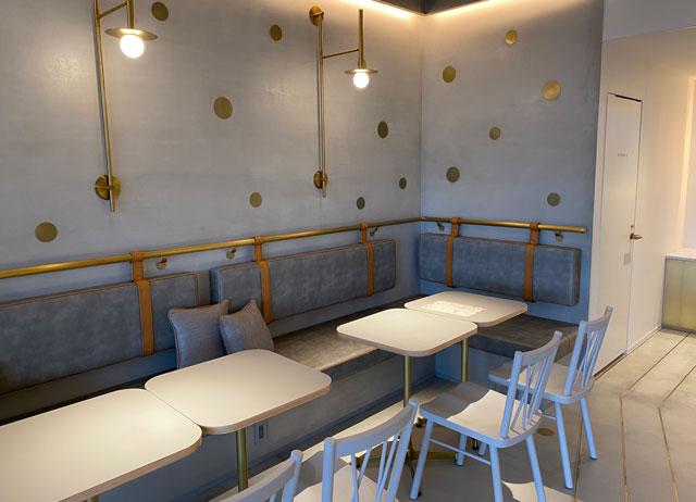 富山市環水公園のそば「環水テラス」のティースタンド「点点茶」のソファーとテーブル席