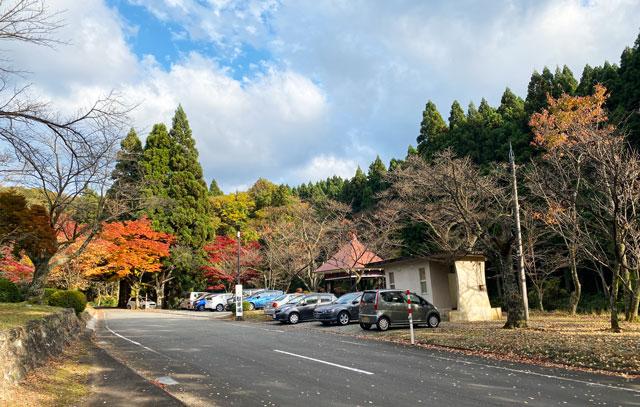 富山市旧大沢野の新緑と紅葉の名所「寺家公園」の駐車場