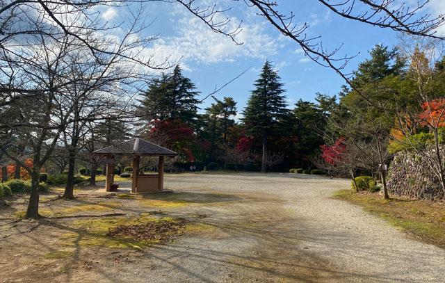 富山市旧大沢野の新緑と紅葉の名所「寺家公園」の広場
