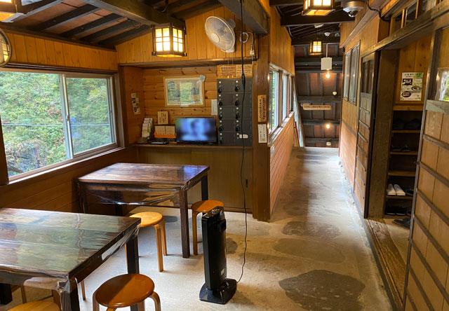 富山県黒部市宇奈月町の秘湯黒薙温泉の自販機と休憩テーブル