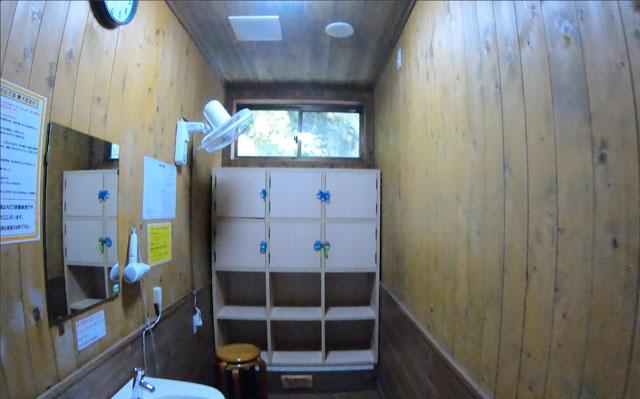 富山県黒部市宇奈月町の秘湯黒薙温泉の内湯の更衣室