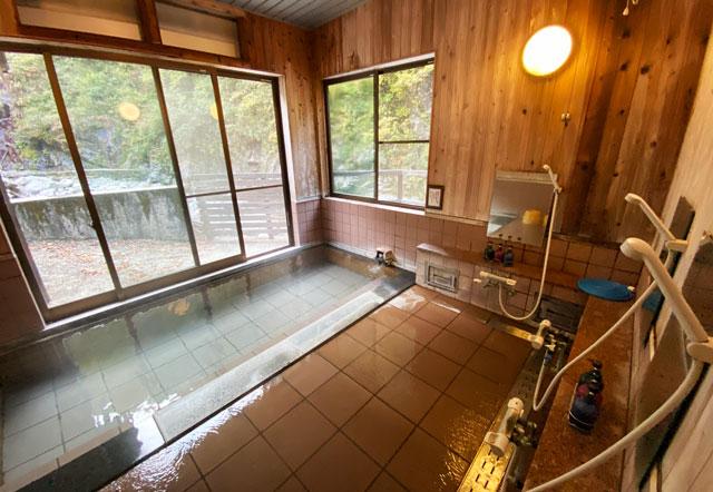 富山県黒部市宇奈月町の秘湯黒薙温泉の内湯