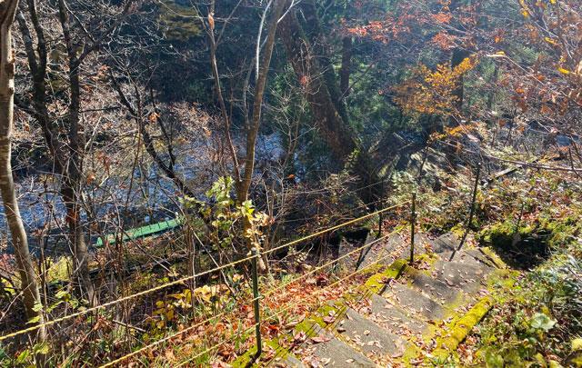 富山県黒部市宇奈月町の秘湯黒薙温泉への道のり下りの階段