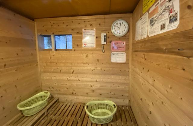 富山県黒部市宇奈月町の秘湯黒薙温泉の女性用露天風呂 天女の湯の更衣室の中の様子