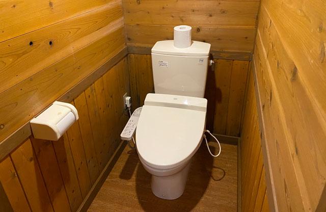 富山県黒部市宇奈月町の秘湯黒薙温泉の男性用トイレ洋式
