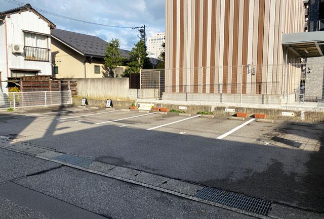 富山市の人気フランス菓子専門店「ムッシュ・ジー(monsieur J)」の駐車場