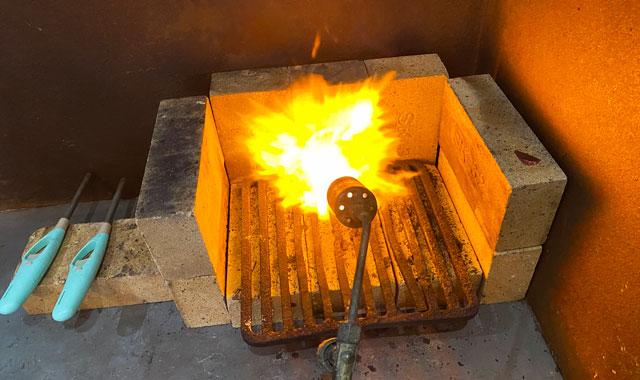 モメンタムファクトリー・Oriiの着色体験の糠焼きの炎