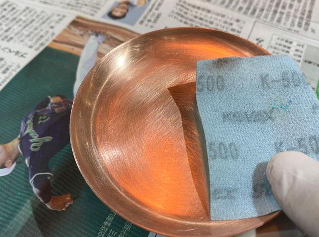 モメンタムファクトリー・Oriiの着色体験用の銅板トレイの磨き
