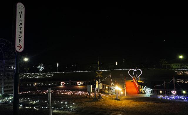 クロスランドおやべのイルミネーション「小矢部イルミ2020」の恋人の聖地「ハートアイランド」への道