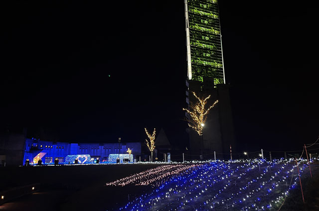 クロスランドおやべのイルミネーション「小矢部イルミ2020」のライトアップされたクロスランドタワー