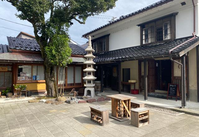 富山県高岡市の山町ヴァレーの中庭