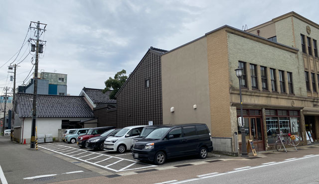 富山県高岡市の山町ヴァレーの駐車場