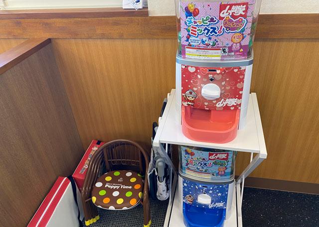 ラーメン山岡家 富山田尻店の子ども用のイスとガチャガチャ