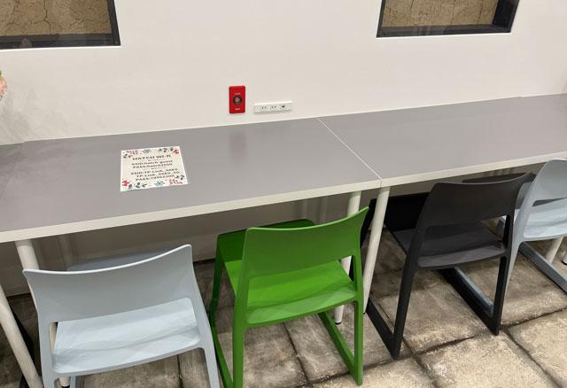 富山市中央通りのコワーキングスペース&シェアオフィス「ハッチ HTACH」のテーブルと椅子