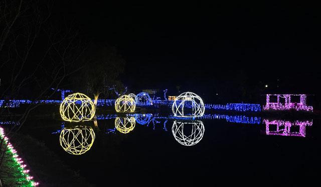 砺波市のイルミネーション「チューリップ公園KIRAKIRAミッション」の池に映るイルミネーション