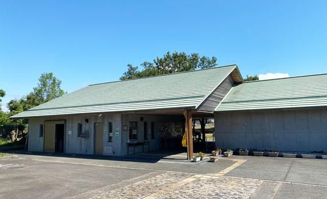 富山市呉羽丘陵の「北代遺跡」の跡地にある「北代縄文広場」の建物