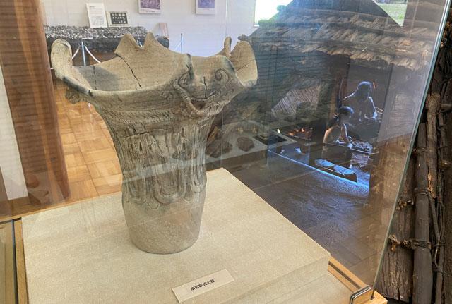 富山市呉羽丘陵の「北代遺跡」の跡地にある「北代縄文広場」の北代縄文館の展示室内の大型縄文土器