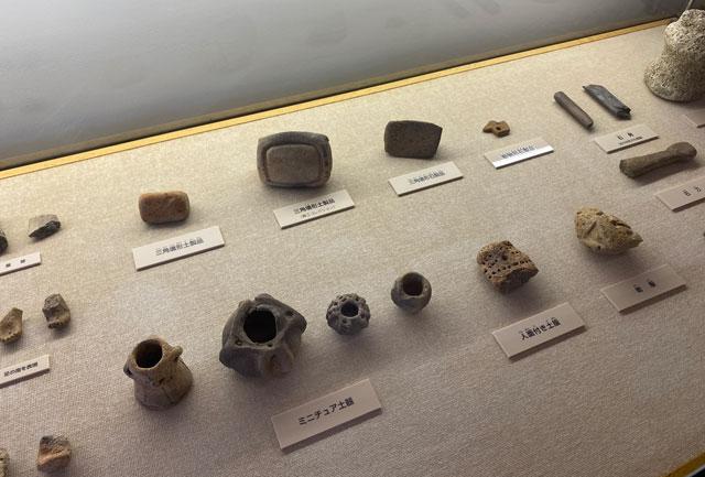 富山市呉羽丘陵の「北代遺跡」の跡地にある「北代縄文広場」の北代縄文館の展示室内のミニチュア縄文土器