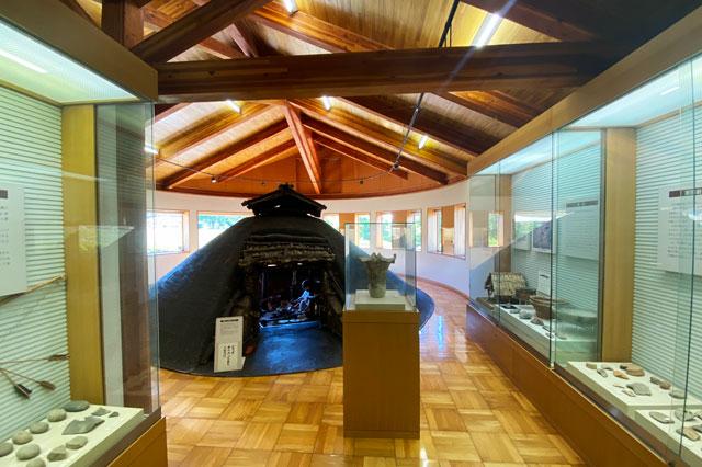 富山市呉羽丘陵の「北代遺跡」の跡地にある「北代縄文広場」の北代縄文館の展示室内