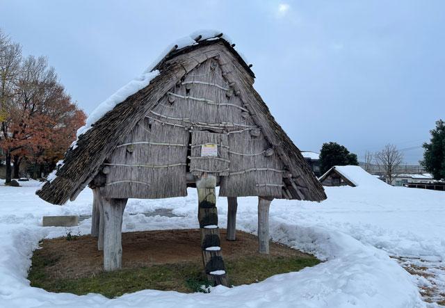 富山市呉羽丘陵の「北代遺跡」の跡地にある「北代縄文広場」の高床式倉庫(冬の雪)