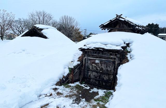 富山市呉羽丘陵の「北代遺跡」の跡地にある「北代縄文広場」の竪穴式住居(冬の雪)