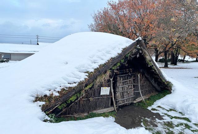 富山市呉羽丘陵の「北代遺跡」の跡地にある「北代縄文広場」の竪穴式住居2(冬の雪)