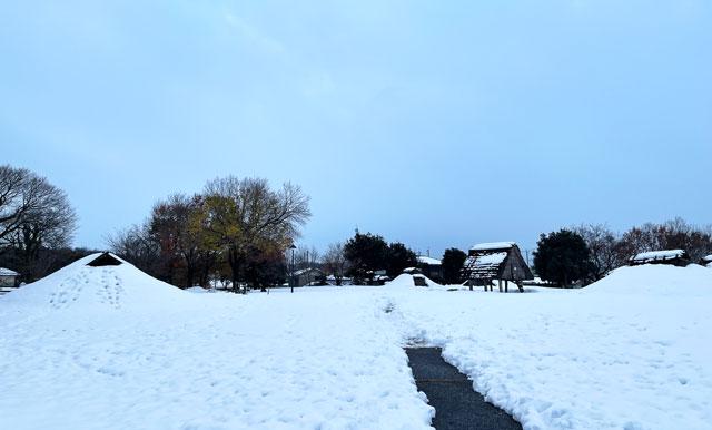富山市呉羽丘陵の「北代遺跡」の跡地にある「北代縄文広場」、冬の雪