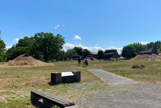 富山市呉羽丘陵の「北代遺跡」の跡地にある「北代縄文広場」で遊ぶ子どもたち