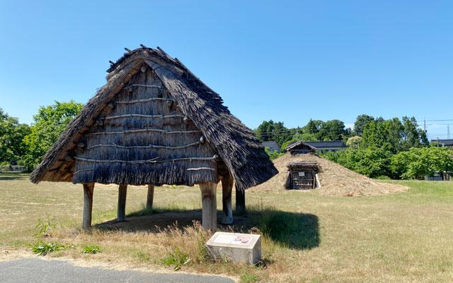 富山市呉羽丘陵の「北代遺跡」の跡地にある「北代縄文広場」の高床式倉庫
